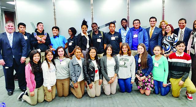Ejecutivos de Verizon y del Latino Student Fund junto a los estudiantes de Cardozo Educational Campus que participaron en el Taller sobre carreras STEM el 15 de octubre de 2015 en Washington, DC.