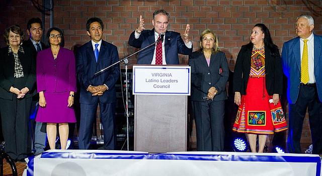 El senador demócrata, Tim Kaine, habla durante un evento en Arlington para incentivar el voto latino, el 26 de octubre, organizado por la Coalición de Líderes Latinos de Virginia.