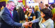 El senador Kaine (D-VA) saluda a una votante en Arlington durante un evento del Consejo de Líderes Latinos de Virginia.