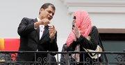 El presidente de Ecuador, Rafael Correa saluda junto a la actriz Mia Farrow el 27 de enero de 2014, en el Palacio de Gobierno en Quito (Ecuador). Farrow acudirá mañana al Pozo Aguarico 4, donde la petrolera Chevron (antes Texaco) operó.