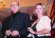 El director de Harvest of Empire, Eduardo López (centro), recibió su premio de manos de Kris Holmes de El Tiempo Latino.