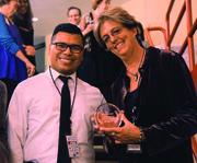 Irene Cutler (der.) directora de DREAMers Among US recoge su premio al Mejor Corto de manos de David Ramos de BB&T (centro).