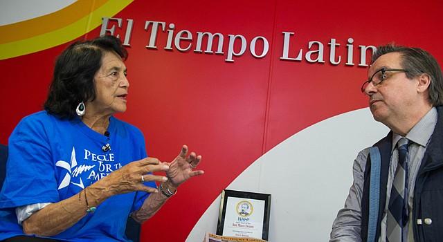 La líderes de derechos civiles, Dolores Huerta, conversa con el director de El Tiempo Latino, Alberto Avendaño, el 30 de octubre de 2015. Huerta estuvo en el área metropolitana de Washington para apoyar a los demócratas en las elecciones estatales de Virginia.