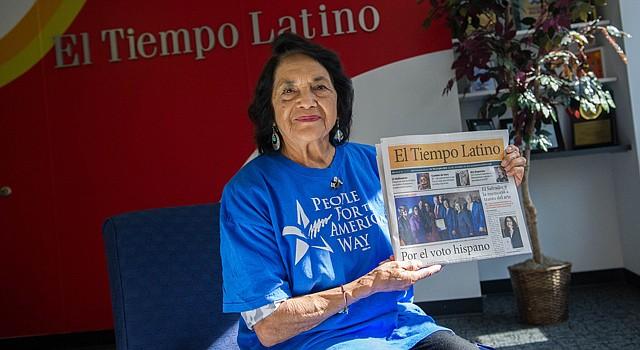 Dolores Huerta muestra el ejemplar de El Tiempo Latino del 29 de octubre de 2015  dedicado a las elecciones estatales en Virginia. Huerta hizo campaña por los candidatos demócratas.