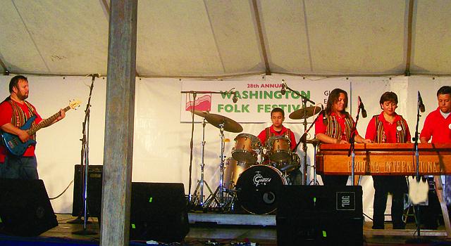 Miembros del grupo La Marimba Pequeña Internacional.