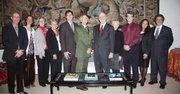 El embajador español, Gil Casares, y el director de National Park Service, Jarvis, posan junto a miembros del NPS y de la embajada española, el 10 de noviembre de 2015, durante la presentación del itinerario turístico para recorrer las misiones españolas en el suroeste de Estados Unidos.