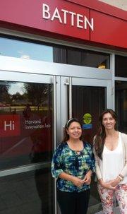 Rocío Tacuri y Gidany Cobo de FriendlyTransfer.com frente al Harvard Innovation Lab de la Universidad de Harvard.