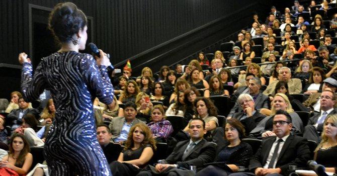 """La actriz y productra Carla Ortiz conversa con el público depués del estreno de """"Olvidados"""" en Washington el 11 de noviembre de 2015."""