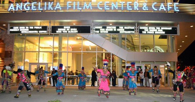 """Miembros del grupo de danza folclórica Tinkus San Simón, residentes en Virginia, mostraron el colorido boliviano en una fiesta multicolor en el estreno en el área de Washington de la película """"Olvidados"""" ya declarada cinta de """"Interes nacional"""" por Bolivia, una producción apoyada por el Ministerio de Cultura del país andino."""