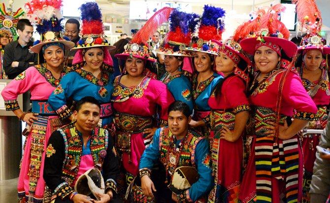 """Miembros del grupo de danza folclórica Tinkus San Simón, residentes en Virginia, y que amenizaron el estreno en el área de Washington, DC, de la película """"Olvidados"""", el 11 de noviembre de 2015."""