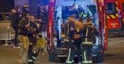 En la noche del viernes 13, durante los ataques terroristas, los servicios de socorro evacúan heridos del Stade de France en Paris.