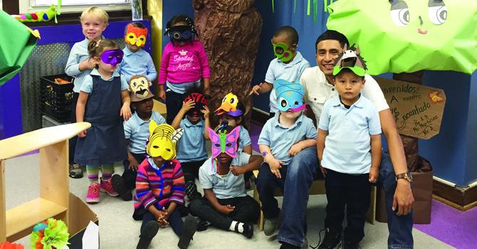 DIVERSIÓN. Un grupo de una clase del maestro Dante Alburqueque se disfraza durante una actividad.
