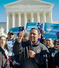 El sindicalista Jaime Contreras (centro) habla el viernes 20 de noviembre de 2015 durante una concentración ante la Corte Suprema en Washington, DC, para pedir la implementación del alivio migratorio de las iniciativas del presidente Obama conocidas como DACA (para estudiantes) y DAPA (para padres).