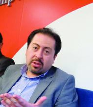 El director del Servicio General de Identificación Personal, Marco Antonio Cuba (der.) y el cónsul general Marcelo Martínez, el lunes 16 de noviembre.