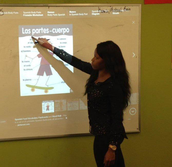La profesora Astarsia Young durante una clase de las partes del cuerpo humano en español.