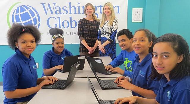Elizabeth Torres y Candice Cloos Haney (centro), directivas y fundadoras de Washington Global Public Charter School, junto a cinco estudiantes de la escuela, el martes 17 de noviembre de 2015 en Washington, DC