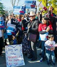Manifestación ante la Corte Suprema para pedir que se le de vía libre a las órdenes ejecutivas de Obama en inmigración.