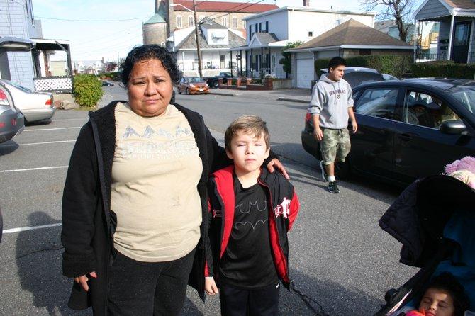 """Por su parte, a la señora Ana Sarabia le preocupa la estabilidad de sus tres nietos pequeños. """"Los niños están muy afectados, esto de ir a un sitio a otro no es bueno para ellos, han perdido muchas clases en el colegio y eso les afecta en su crecimiento también""""."""