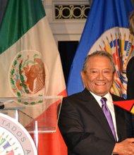 """Armando Manzanero recibe el premio """"Patrimonio Cultural de las Américas"""" por la Organización de Estados Americanos. Le entrega el reconocimiento, Luis Almagro Lemes Secretario General de la OEA."""
