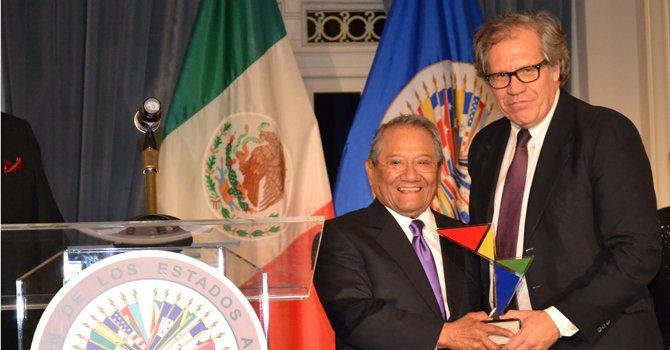"""Armando Manzanero recibe el premio """"Patrimonio Cultural de las Américas"""" por la Organización de Estados Americanos."""
