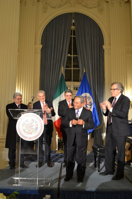 Armando Manzanero, agradeciendo el reconocimiento que recibió por parte de la Organización de Estados Americanos el viernes 20 de noviembre.