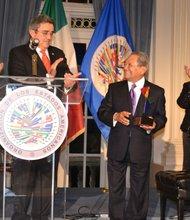 """Armando Manzanero, originario de Merida, Yucatan, México, es la primera persona en recibir el galardón """"Patrimonio Cultural de las Américas"""" por parte de la OEA."""
