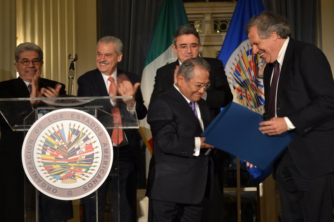 El premio le fue otorgando por Luis Almagro Lemes, Secretario General de la OEA. Lo acompañaron el Embajador de México ane la OEA Emilio Rabasa Gamboa, y el Embajador de México ante la Casa Blanca, Miguel Basáñez.
