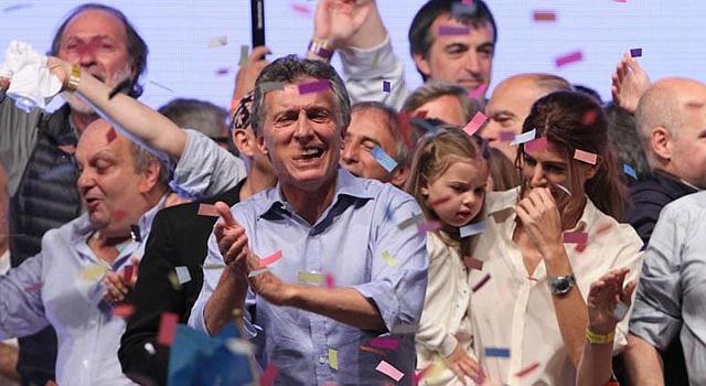 El líder del frente opositor Cambiemos, Mauricio Macri, saluda a seguidores el domingo 22 de noviembre de 2015, en Buenos Aires (Argentina). Mauricio Macri, ganó el domingo la segunda vuelta de las elecciones presidenciales en Argentina y se convertirá en el nuevo mandatario del país, según los datos con más del 60 % del escrutinio efectuado. Con el 66,37 por ciento de las mesas escrutadas, Macri logró un 53,46 por ciento de votos frente al 46,54 por ciento del oficialista Daniel Scioli, del gobernante Frente para la Victoria. Los datos difundidos por el Ejecutivo argentino, a cargo del escrutinio provisional de los comicios, indican que el nivel de participación en esta jornada electoral ha sido del 80,63 por ciento. Inmediatamente después de conocerse estos resultados, Scioli reconoció su derrota y felicitó a su oponente.
