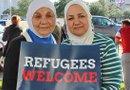 Los manifestantes rechazaron la postura del gobernador Greg Abbott, quien trata de impedir que más refugiados sirios lleguen a Texas. Janan Beck (Dercha.) y su madre, Afaf Satea, originarias de Siria.
