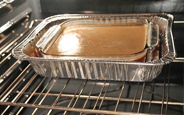 Vierta la mezcla en el molde con caramelo y lleve al horno en Baño de Maria. Hornee durante 45 minutos o hasta que esté cocido. Pruebe insertando en el centro del flan un palillo de madera y si sale limpio indica que el flan está listo. Coloque el molde en una rejilla que ayude a refrescar el flan. Cuando ya no este caliente, páselo a la nevera y deje enfriar durante 1 hora.