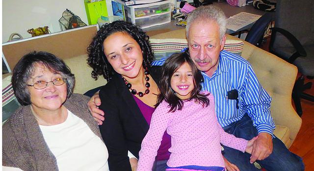 JUNTOS. Dalia Palchick, con su sobrina Marli y sus padres, Martha y Héctor Palchik, días después de la victoria del 3 de noviembre.