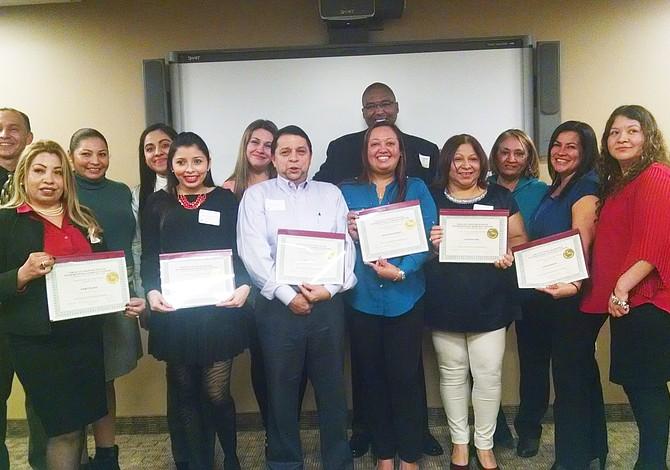 Empresarios y empleados latinos se graduaron de un curso de inglés gratuito