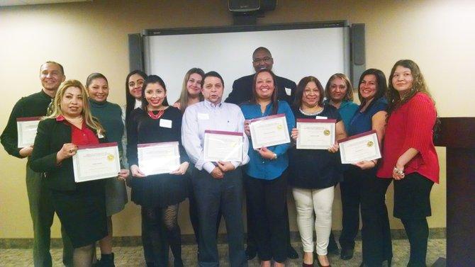 Un grupo de dueños de pequeños negocios en Chelsea y sus empleados se graduaron de un programa de inglés gratuito de English for New Bostonians (ENB), en asociación con el YMCA Learning Center y la División de Negocios Latinos de Chelsea.