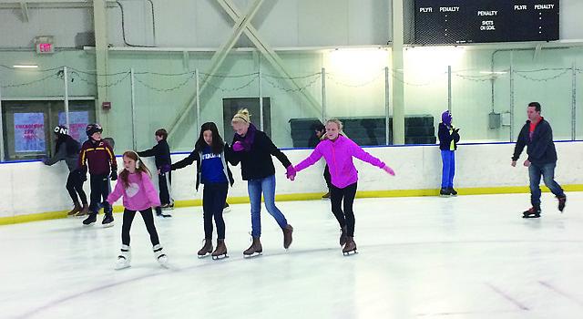 Niñas patinan el sábado 28 de noviembre de 2015 en la Cabin John Ice Rink en Rockville, Maryland.