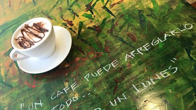 Las mesas de Galeria Cafe están decoradas de manera muy creativa
