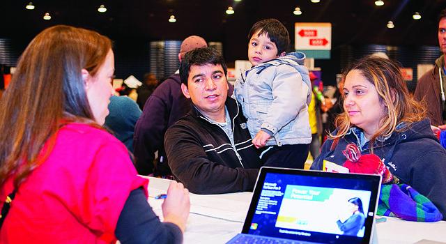 Padres reciben información sobre los programas de las escuelas públicas del Distrito de Columbia en el EdFEST 2015.