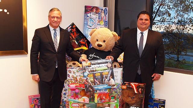 """Robert DeSalvio, presidente de Wynn Everett, entregó los juguetes al alcalde de Everett Carlo DiMaria, para su campaña anual """"Holiday Toy Drive"""""""
