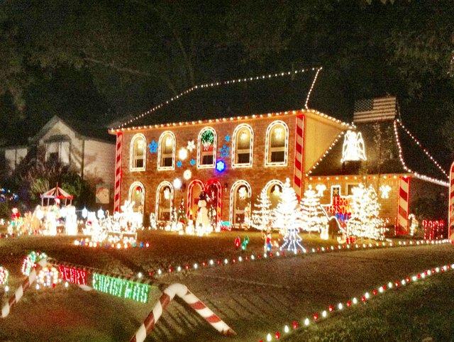 Los residentes de Prestonwood Forrest, en el noroeste de Houston, han decorado sus hogares desde 1970. Cientos de casas participan en el evento Nite of Lites, que se celebra cada año a mediados de diciembre. Escoja la casa mejor decorada y vote por ella en el sitio web del evento.