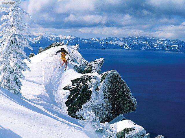 Montañas perfectas para deslizarse, maravillosos Terrain Parks de invierno y unos pueblos con estaciones de esquí increíblemente lujosas rodean el radiante azul del Lake Tahoe.
