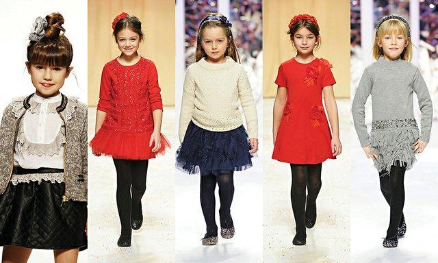 Las prendas para niño, además, se actualizan con camisas de cuadros, pantalones de pana o camisetas con motivos navideños, combinados con americanas de punto o de lana. ¡Adorables traviesos!
