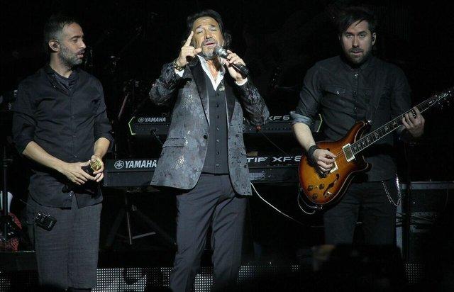El gran cantautor estuvo compartiendo escenario con el romántico grupo que regresó a los escenarios en una gira muy extensa. Los mexicanos se presentaron el 7 de agosto en el Toyota Center.