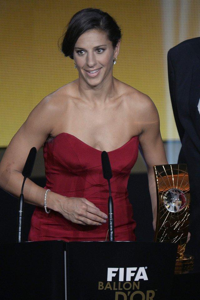 La mediocampista estadounidense Carli Lloyd, del Dash de Houston,  fue nombrada como la mejor jugadora del mundo y  obtuvo su primer Balón de Oro, con un 35.28% de los votos. Lloyd se convierte en la tercera futbolista estadounidense en recibir este galardón por parte de la FIFA, anteriormente ya lo habían recibido Mia Hamm y  Abby Wambach. Foto: EFE