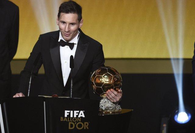 El astro argentino Lionel Messi, del club de fútbol Barcelona, recibió su quinto Balón de Oro al lograr el  41.33% de la votación. Cabe destacar que la Pulga es el jugador  que ha recibido más veces este galardón, aunque él mismo ha dicho que los  cambiaría todos por alzar una Copa del Mundo junto a su selección argentina. Messi aclaró que el Balón de Oro es muy importante, pero que para un jugador un Mundial es lo máximo. Foto:EFE