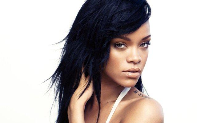 Rihanna se ha convertido en un icono de la música, el entretenimiento y la moda moderna. Como un artista consumado, que ha vendido 54 millones de álbumes y 210 millones de canciones digitales en todo el mundo convirtiéndose en la artista digital que más vende de todos los tiempos.