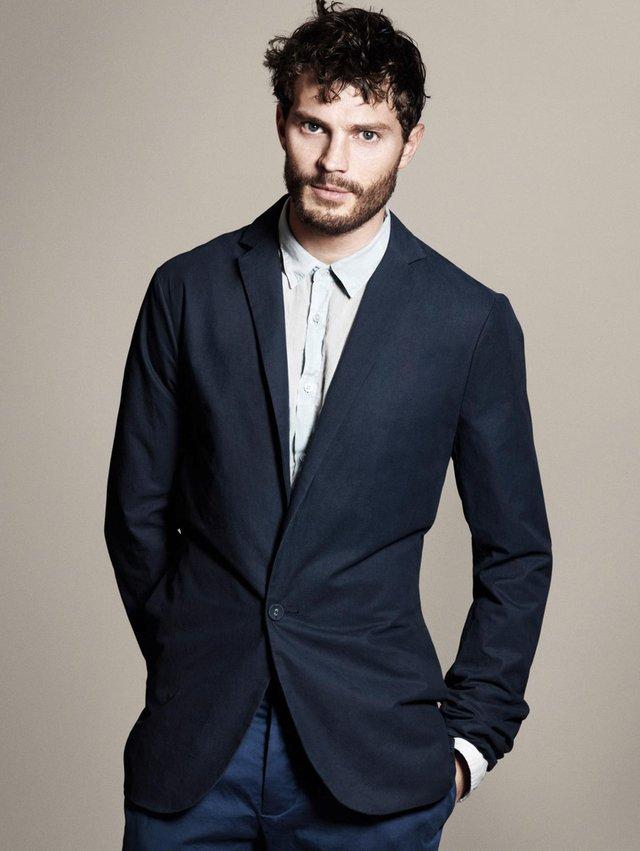 Aunque crea que sólo se utiliza en ocasiones formales, es ideal para vestir con una playera sencilla debajo y las mangas arremangadas.
