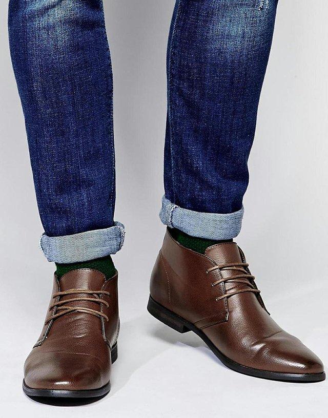 Los zapatos son una pieza clave para cualquier hombre y en ellos vale la pena invertir. Cuente con zapatos casuales y unos Oxford, para empezar.