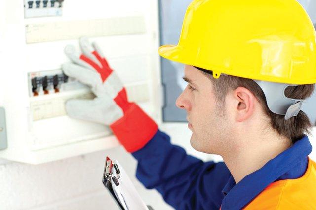 Contrate a profesionales que realicen el mantenimiento del hogar, en especial si se trata del sistema eléctrico o de las tuberías del gas y el agua. Realizar los trabajos uno mismo es una opción más económica pero a la larga el problema podría agravarse.