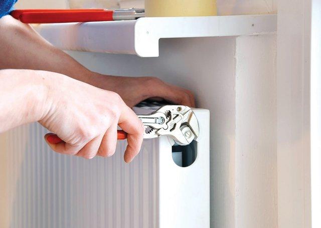 Limpie al menos una vez al año el sistema de calefacción y los canales exteriores de desagüe.