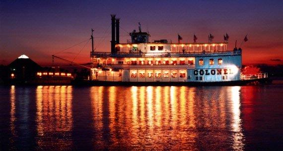 Disfrute de un romántico crucero a la puesta de sol a bordo del bote Coronel. El plan incluye una cena buffet con DJ, una botella de champán o de vino, una rosa y una foto de recuerdo.