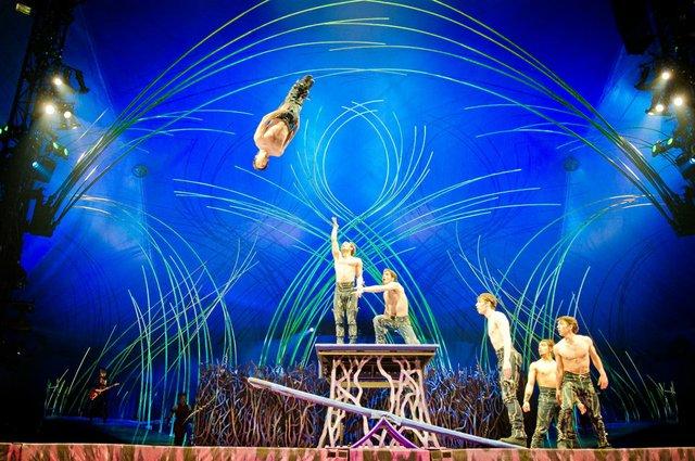 Para disfrutar con su media naranja de un espectáculo de talla internacional, llévela a ver el Cirque du Soleil, para que dejen volar su imaginación y disfruten con todos sus sentidos.